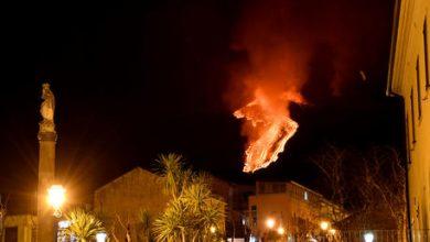 Photo of Etna: vulcano dà spettacolo di notte, fontane lava e colata